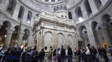 Varias personas visitan la tumba de Jesucristo en la iglesia del Santo Sepulcro, en la Ciudad Vieja de Jerusalén, el 21 de marzo.