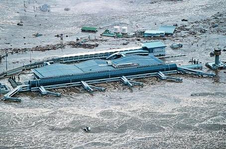 El aeropuerto japonés de Sendai, anegado por el agua tras el tsunami que provocó el terremoto.
