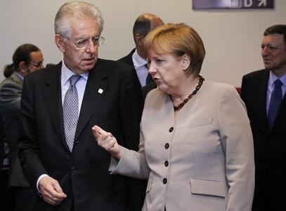 El primer ministro italiano, Mario Monti, conversa con la cancillera alemana Angela Merkel durante la cumbre europea en Bruselas.