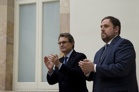 Firma del pacto de gobierno entre Artur Mas y Oriol Junqueras en el auditorio del Parlament, el pasado diciembre.