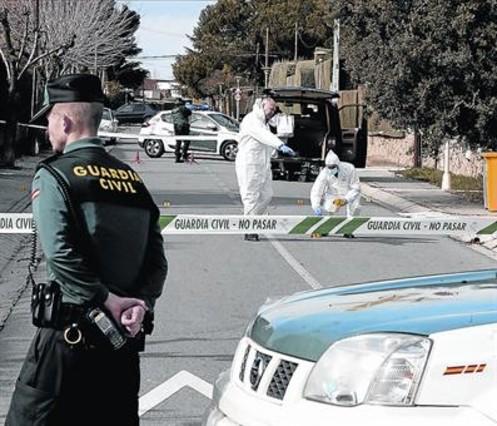 El escenario 8Agentes de policía científica de la Guardia Civil analizan el lugar de los hechos, el miércoles.