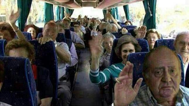 Viaje imaginario del Rey y de Sofía en un autobús de la imserso.