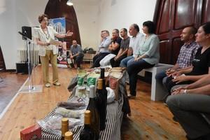 La regidora de Turisme, Teresa Casals, presenta els nous adherits a la marca Terrassa Gastronòmica