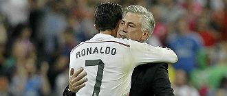 Ancelotti abraza a Ronaldo tras el partido.