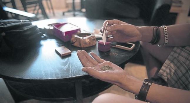 Consumidores de cannabis en una asociación situada en Barcelona.