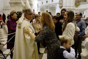 El arzobispo de Granada se postra ante el altar para pedir perdón por los escándalos
