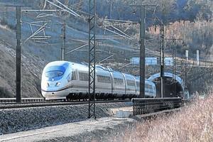 Un tren de la línea de alta velocidad, a su paso por Bàscara (Alt Empordà).