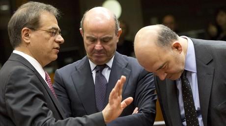 Guindos (centro) conversa con el ministro Griego de Finanzas, Gikas Hardouvelis (izquierda), y el Comisario europeo de Asuntos Econ�micos y Monetarios, Pierre Moscovici, antes del comienzo de la reuni�n de ministros de Finanzas de la Uni�n Europea e