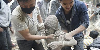 M�s de 400 muertos tras el terremoto de 7,9 grados en Nepal