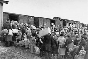 Deportados judíos subiendo a los trenes que les llevarían a Auschwitz.