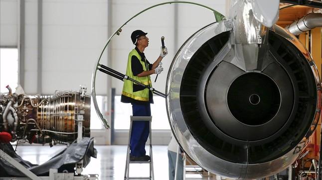 Un empleado de una fábrica de Airbus en Tianjin (China), ante un modelo de la familia A320.