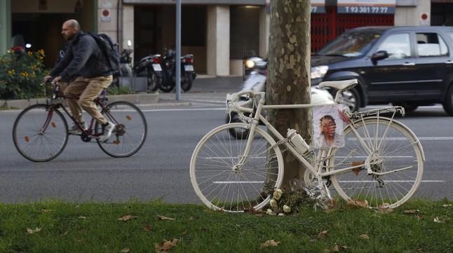 cmarquezbarcelona 11 11 2015 bicicleta blanca en recuerdo 151111183816