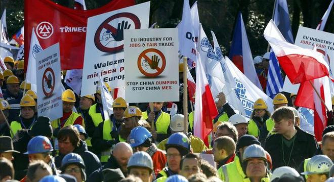 Manifestación en Bruselas de empleados y directivos de la industria europea del acero contra el dumping de China.