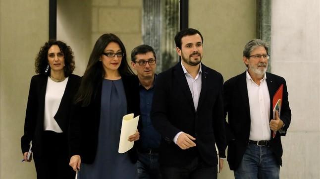 El equipo negociador de IU, con Alberto Garzón en el centro, este lunes en el Congreso.