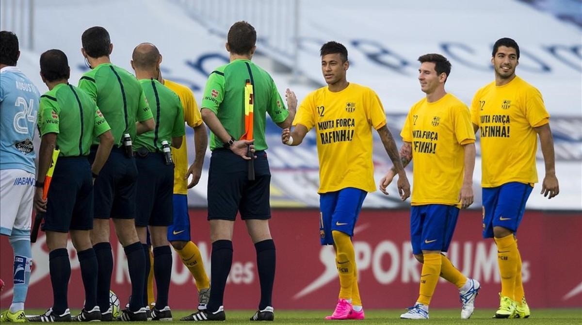 El equipo arbitral, en un partido de este temporada del Barça.