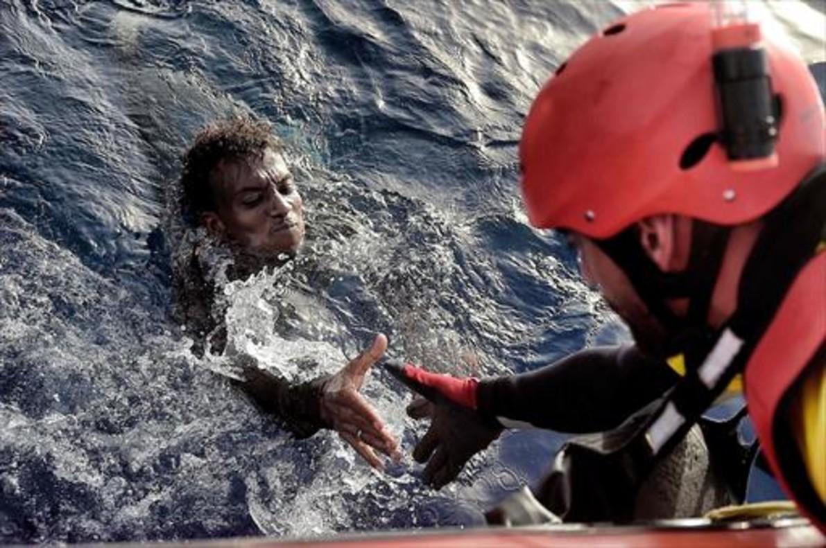 A punto de ahogarse 8Un miembro de Proactiva Open Arms rescata a un emigrante a 20 millas náuticas de la costa libia, el lunes.