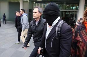 El pederasta de los Maristas Joaquin Benítez, con pasamontañas, en la Ciutat de la Justícia, el pasado abril.