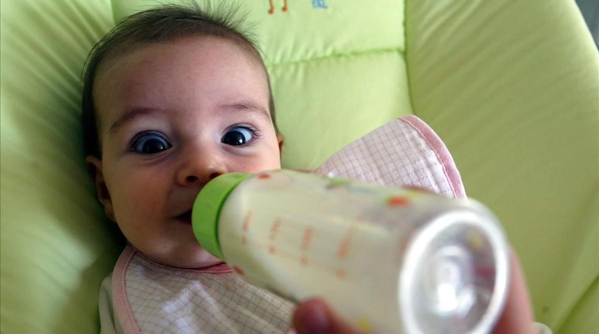 jgblanco2288988 barcelona 4 10 2004 una bebe tomando el biberon foto de170328104034
