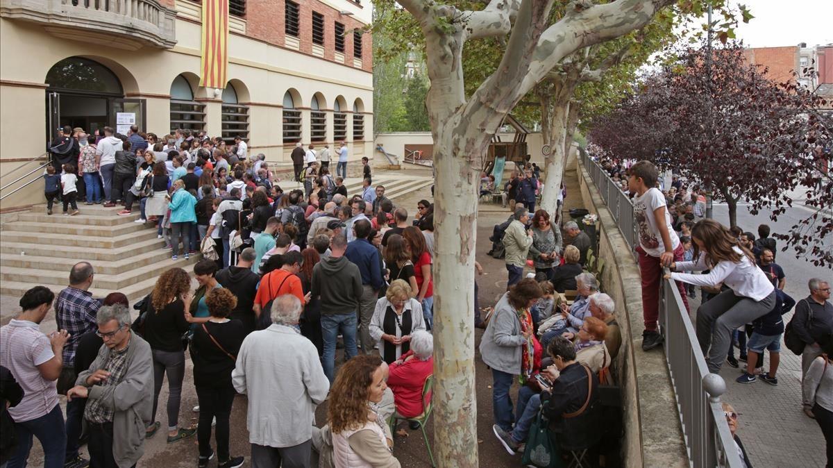 Votantes esperando poder votar en Igualada.