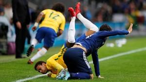 Neymar, derribado por Sakai.