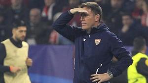 El entrenador del Sevilla, Eduardo Berizzo, durante el encuentro de ayer ante el Liverpool.