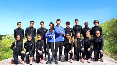 Almudena Cid y Jaime Alguersuari, rodeados de los concursantes de 'Desaf�o 2016'
