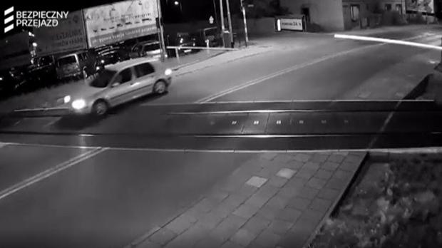 Un coche se salva in extremis de ser arrollado por un tren en Polonia