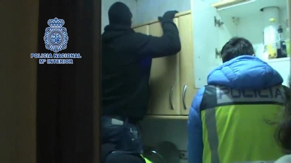 Imágenes de la operación en la que agentes de la Policía Nacional.