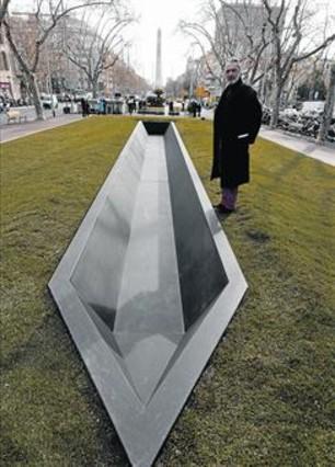 Espriu 'surca' sus Jardinets con la no escultura de Amat