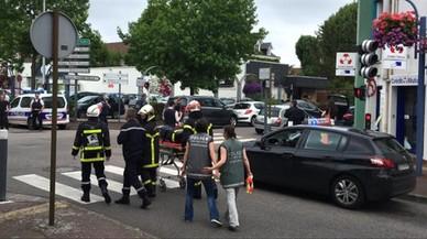 Las fuerzas de seguridad retiran un cad�ver, tras el asalto a la iglesia de Saint-Etienne-du-Rouvray.