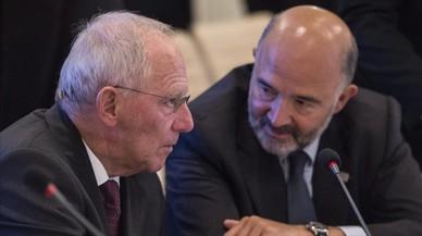 El ministro de Finanzas alem�n, Wolfgang Schauble, conversa con el comisario europeo de Asuntos Economicos y Financieros,Pierre Moscovici,durante la reunion de los ministros de Economia y Finanzas de la zona de euro en Bratislava.