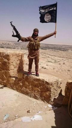 La bandera negra del Estado Islámico ya ondea en las ruinas de Palmira