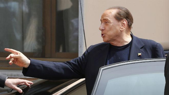 Berlusconi arriba al centre on compleix la seva condemna de treball social a Milà