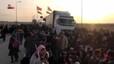 Miles de sirios que escapan de Alepo se amontonan en la frontera turca