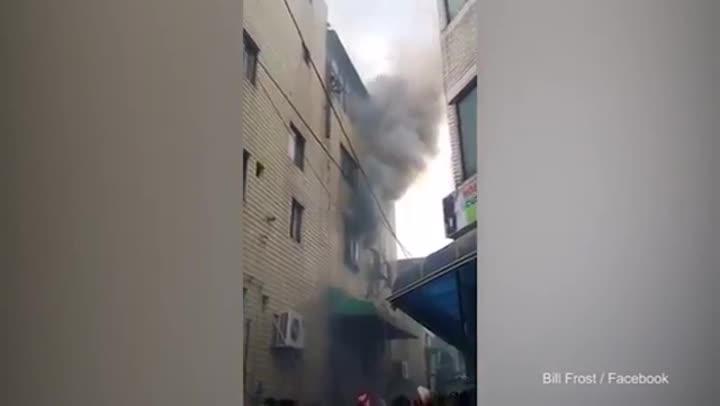 Una mujer tira a sus treshijos por la ventana para salvarlos del fuego.