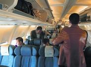 Varios pasajeros se acomodan en un avión del puente aéreo.