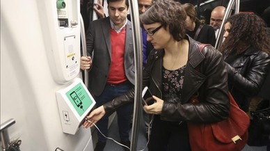 TMB instal·la carregadors de mòbil en dos trens de la línia 2 de metro