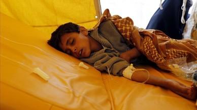 Un niño yemení de quien se teme que haya resultado infectado por el cólera recibe tratamiento en Saná.