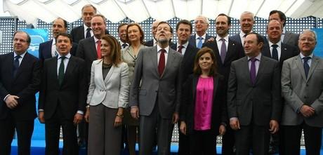 Rajoy y Saénz de Santamaría posan con los barones del PP, este lunes en Madrid.