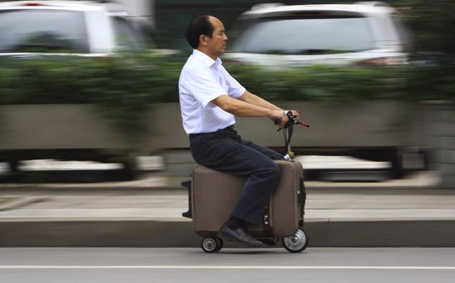 He Liang,feliz, con su invento.
