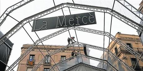 Unos operarios instalan el escenario de la plaza de Sant Jaume para las fiestas de la Merc�, ayer.