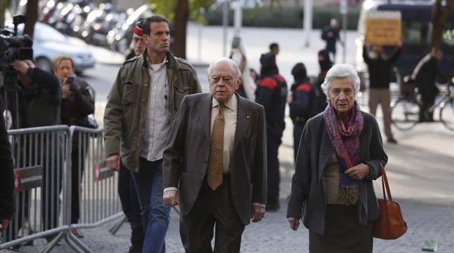 El 'expresident' Jordi Pujol y su esposa, Marta Ferrusola, a su llegada a la Ciutat de la Just�cia este martes.
