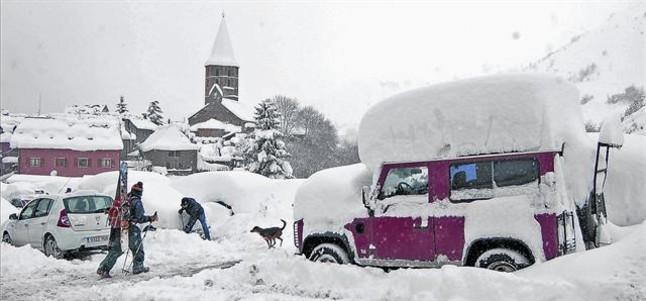 Una imagen de la intensa nevada que cayó ayer en Salardú, en el Vall d'Aran.