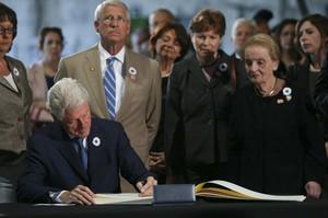 Bill Clinton, expresidente de EEUU, firma en el libro de condolencias ante la mirada de Madeleine Albright, exsecretaria de Estado de Estados Unidos.