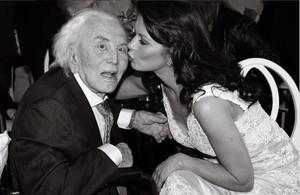 Lactriu Catherine Zeta Jones felicita Kirk Douglas en el seu 99è aniversari.