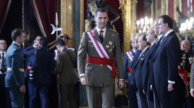 El Rey pasa junto al presidente en funciones, Mariano Rajoy, y otros miembros del Gobierno, este miércoles durante la Pascua Militar.