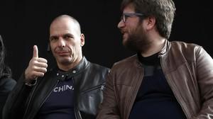 Yanis Varoufakis y el eurodiputado de Podemos Miguel Urbán