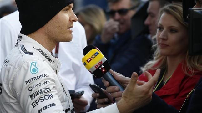 Nico Rosberg atiende a la prensa tras la sesión matinal en Montmeló.