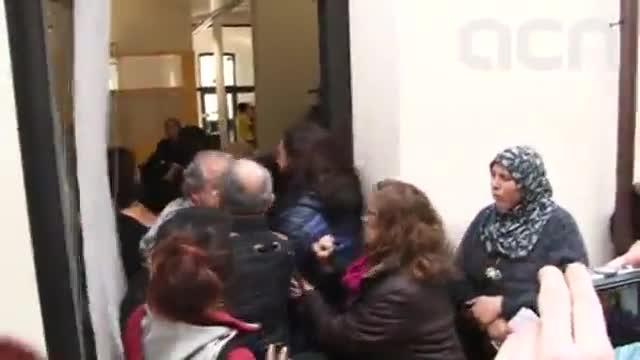 Momentos de tension en la delegacion de Ensenyament en Mataró correspondientes al pasado 16 de febrero. Esteban Martínez, el concejal de ICV-EUiA denunciado, es el primero por la izquierda.