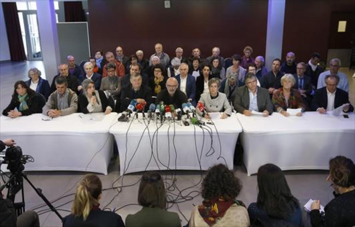 Rueda de prensa del grupo de activistas para informar del desarme de ETA, ayer, en Bayona.